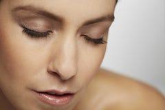 Спокойная женщина при закрытые глаза Стоковые Фото