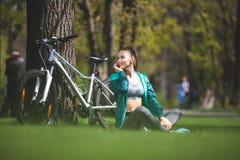 Спокойная женщина связывает smartphone на лужайке стоковые фотографии rf