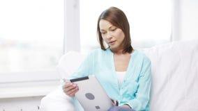 Спокойная женщина с компьютером ПК таблетки дома сток-видео