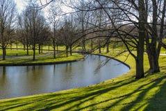 Спокойная зеленая зона Parc с водным пространством Стоковые Изображения RF