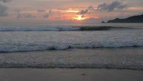 Спокойная идилличная сцена золотого захода солнца над морем акции видеоматериалы