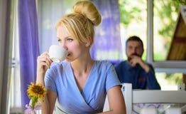 Спокойная кавказская молодая женщина с пуком белокурых волос Стоковое Изображение RF