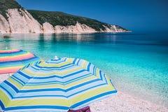 Спокойная сцена пляжа Живописный ландшафт среднеземноморского острова с красочными зонтиками Концепция праздника летних каникулов стоковые изображения