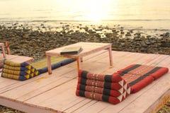 Спокойное азиатское тайское кафе пляжа с таблицей и циновками Стоковое фото RF