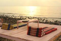 Спокойное азиатское тайское кафе пляжа с таблицей и циновками Стоковое Изображение