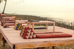 Спокойное азиатское тайское кафе пляжа с таблицей и циновками Стоковая Фотография