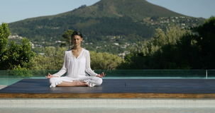 Спокойное брюнет делая йогу видеоматериал