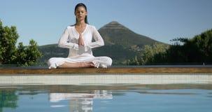 Спокойное брюнет делая йогу сток-видео