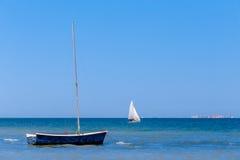 Спокойное голубое море с парусниками Стоковые Изображения RF