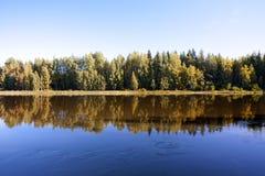 Спокойное и красивое река Kymijoki в Финляндии Стоковое фото RF