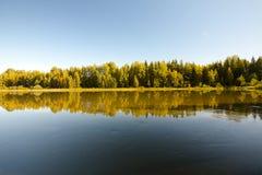 Спокойное и красивое река Kymijoki в Финляндии Стоковая Фотография RF