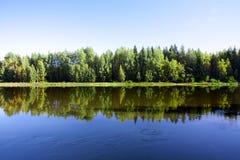 Спокойное и красивое река Kymijoki в Финляндии Стоковая Фотография