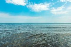 Спокойное море и голубое небо Стоковые Изображения