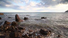 Спокойное море океанских волн с чистой водой ласкает камни и звук конца-вверх камешков предпосылки камней камешка моря воды видеоматериал