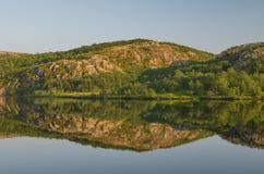 Спокойное озеро в лете и утесах Стоковые Фотографии RF