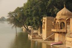 Спокойное озеро Gadisar в Jaisalmer стоковые изображения rf