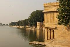 Спокойное озеро Gadisar в Jaisalmer стоковые фотографии rf