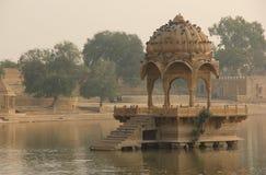 Спокойное озеро Gadisar в Jaisalmer стоковые изображения