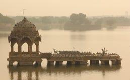 Спокойное озеро Gadisar в Jaisalmer стоковое изображение rf