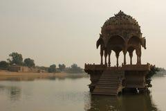 Спокойное озеро Gadisar в Jaisalmer стоковые фото