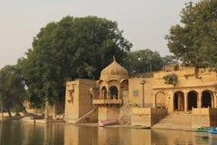 Спокойное озеро Gadisar в Jaisalmer стоковое фото rf
