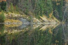Спокойное отражение озера леса осени Стоковые Фотографии RF