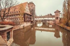Спокойное река в историческом баварском городе с мостом и старыми домами Стоковые Фотографии RF
