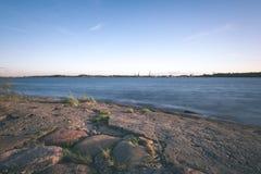 спокойное река на сельской местности - винтажном влиянии фильма Стоковые Фотографии RF