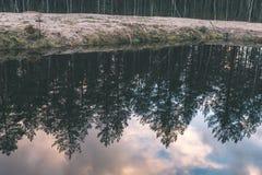 спокойное река на сельской местности - винтажном влиянии фильма Стоковая Фотография