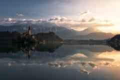 Спокойное утро на озере кровоточенном в Словении стоковое фото rf