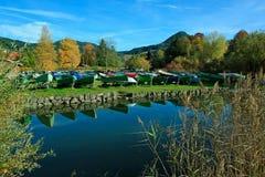 Спокойное schliersee озера пейзажа, при весельные лодки, отражая Стоковые Фото