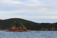 Спокойные моря и малый остров Стоковые Изображения RF