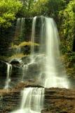 Спокойные, очаровательные водопады Стоковое Фото