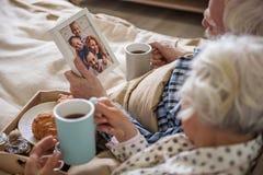 Спокойные пожилые люди супруг и жена имея остатки стоковое изображение rf