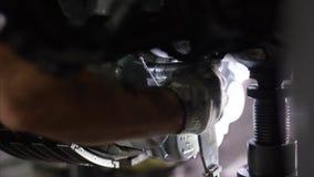 Спокойные работники контролируя машину и шасси воздушных судн Механик технического обслуживания самолета проверяет плоское шасси  стоковая фотография rf