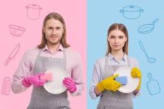 Спокойные работники кухни показывая чистые плиты и смотря уверенно Стоковая Фотография