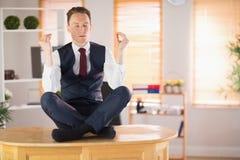 Спокойный бизнесмен размышляя в представлении лотоса Стоковое Изображение RF