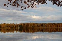 Спокойный вечер осени на озере стоковые фото