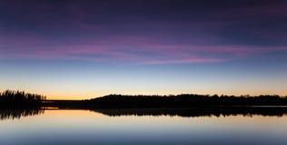 Спокойный взгляд спокойного озера на сумерк Стоковые Фотографии RF