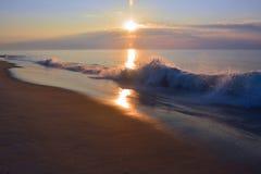 Спокойный восход солнца лета над ломая волнами Стоковая Фотография