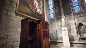 Спокойный интерьер собора Нотр-Дам с большой картиной перед огнем сток-видео