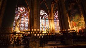 Спокойный интерьер со значками и цветное стекло в соборе Нотр-Дам сток-видео