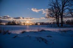 Спокойный ландшафт зимы на заходе солнца Стоковая Фотография RF
