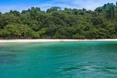 Спокойный океан и остров природы Стоковое Фото