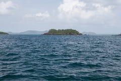 Спокойный океан и остров природы Стоковые Изображения