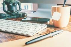 Спокойный офис места для работы с компьютером стоковая фотография rf