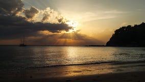 Спокойный пляж с силуэтом корабля на море в предпосылке, Стоковое фото RF