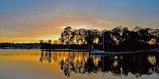 Спокойный рассвет - отражения воды Стоковые Фото