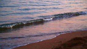 Спокойный удар на песочном береге, конец-вверх волн моря вечера видеоматериал