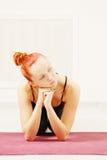Спокойный redhead сидя на циновке Стоковое Изображение RF
